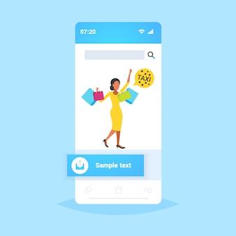 Frau mit bunten papiertüten kauft mädchen, das versucht, eine taxi-sprechblase großen verkauf einkaufskonzept smartphone-bildschirm online-handy-app in voller länge zu fangen