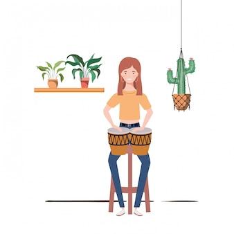 Frau mit congas und zimmerpflanzen auf makramee-kleiderbügeln