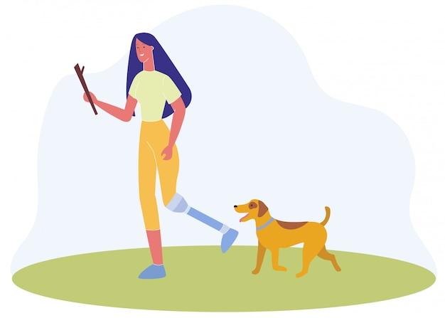 Frau mit dem prothetischen bein gelaufen in park mit hund