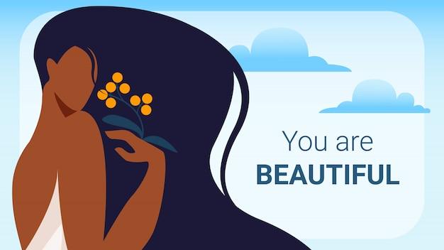 Frau mit dem schwarzen langen haar, das über schulter schaut