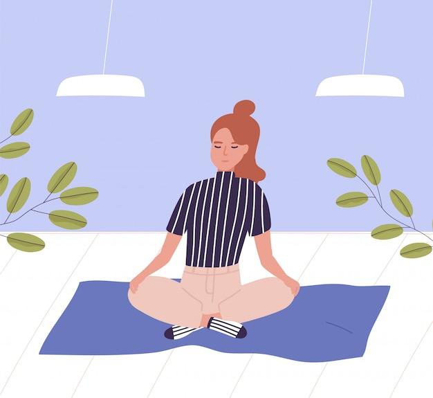Frau mit geschlossenen augen sitzt mit gekreuzten beinen und meditiert. geschäftsmeditation, entspannung im büro, bewusstsein und achtsamkeit, yoga und atemübungen bei der arbeit. flache karikaturillustration.