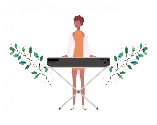 Frau mit klaviertastatur und niederlassungen und blätter
