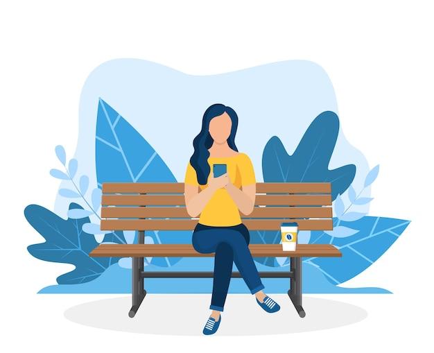 Frau mit laptop sitzt in der natur