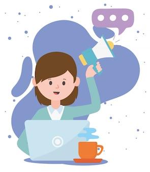 Frau mit megaphon und laptop, die kommunikation und technologien des sozialen netzwerks arbeiten