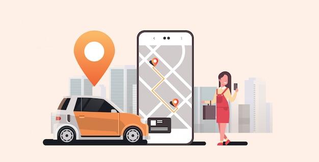 Frau mit mobiler app bestellung von kraftfahrzeugen mit standortmarkierung mietwagen-sharing-konzept transport carsharing-service modernes stadtbild