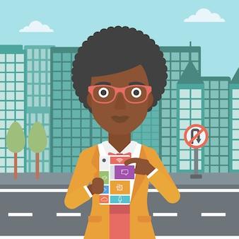 Frau mit modularem telefon