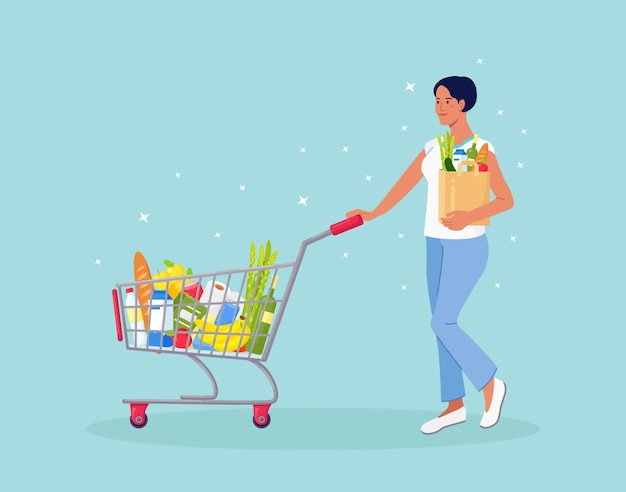 Frau mit papiertüte schiebt einkaufswagen voller lebensmittel im supermarkt. es gibt ein brot, wasserflaschen, milch, obst, gemüse und andere produkte im korb