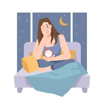 Frau mit schlafproblemen, person, die mit wecker auf dem bett sitzt und versucht einzuschlafen