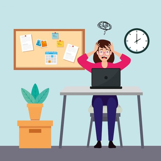Frau mit stressangriff am arbeitsplatz