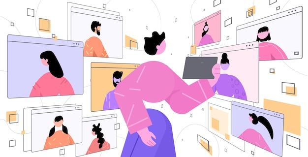 Frau mit tablet-pc diskutiert mit freunden während videoanrufs