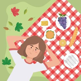 Frau mit trauben und snack-food in der tischdecke
