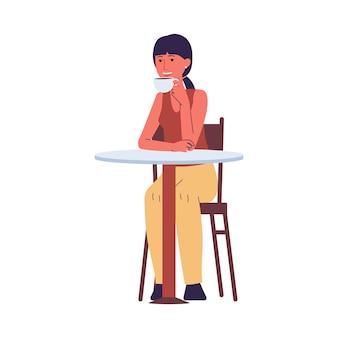 Frau oder junges mädchen sitzen am tisch im café oder im café und trinken kaffee