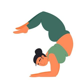 Frau praktiziert fettes yoga sport und fitness mädchen praktiziert asana skorpion yoga posen