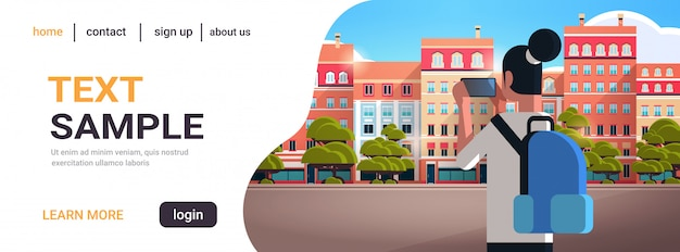 Frau reisende, die stadtgebäude auf smartphone-kamera-reisekonzept-rückansichtstourist mit rucksackbesichtigungsarchitektur moderne stadtstraße horizontale kopie raumporträt fotografiert