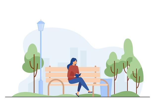 Frau sitzt auf bank und liest buch. park, stadt, entspannung flache vektorillustration. wochenend- und naturkonzept