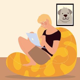 Frau sitzt auf dem bohnenstuhl, der am laptop arbeitet, arbeitet zu hause illustration