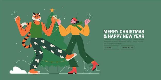 Frau tanzt auf weihnachts- oder neujahrsparty mit tiger in der nähe von weihnachtsbaum