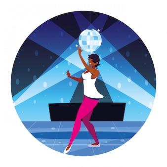 Frau tanzt in nachtclub, party, tanzclub, musik und nachtleben