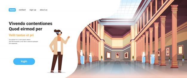 Frau tragen digitale brille virtuelle realität klassische historische museum kunstgalerie halle mit spalten innenraum antiken exponaten und skulpturen sammlung