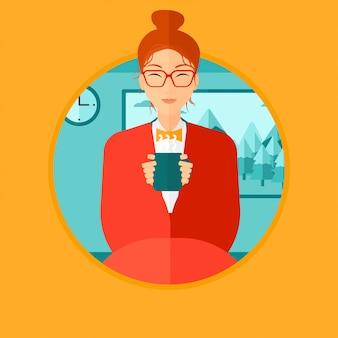 Frau trinkt kaffee oder tee.