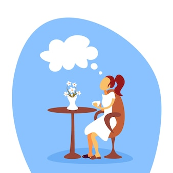 Frau trinkt kaffee und träumt