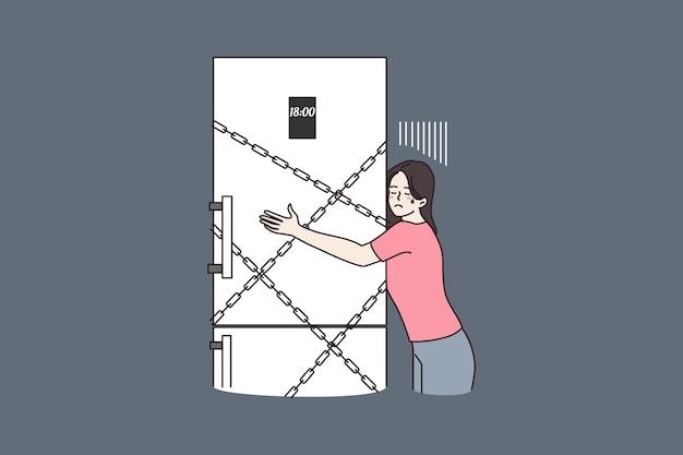 Frau umarmt kühlschrank für nacht mit ketten verschlossen