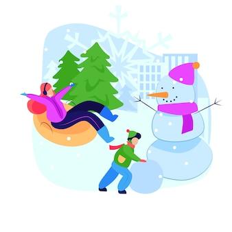 Frau und kind, die winteraktivitäten genießen