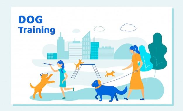 Frau und mädchen verbringen zeit mit hunden im stadtpark