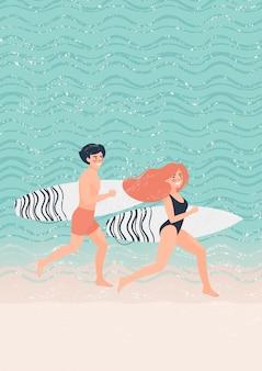 Frau und mann des jungen paares laufen entlang den strand nahe dem meer mit surfbrettern