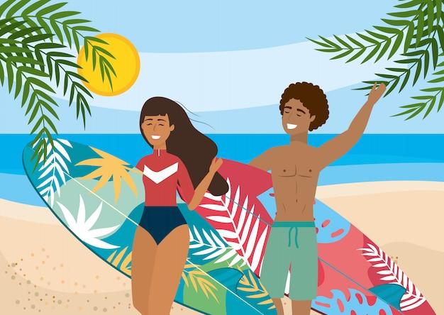 Frau und mann mit surfbrett und badehose und badeanzug