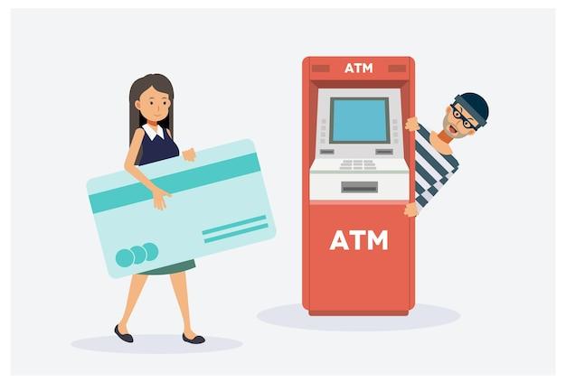 Frau wird geld vom geldautomaten ziehen, männlicher dieb wartet darauf, gestohlen zu werden.