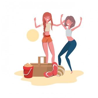 Frauen am strand mit picknickkorb