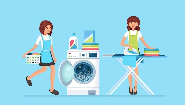 Frauen bügeln kleidung an bord, mädchen mit korb. tagesablauf, hausarbeit. waschmaschine mit reinigungsmittel hausfrau waschen mit elektronischer wäscherei für die reinigung.