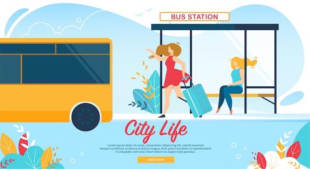 Frauen, die auf busbahnhof, öffentliche transportmittel warten