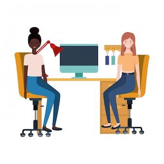 Frauen, die im arbeitsbüro mit weiß sitzen
