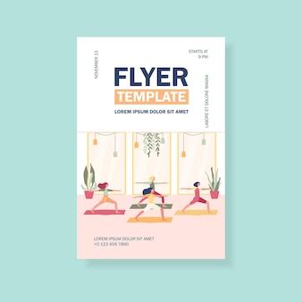 Frauen, die im fitnessclub trainieren, an der yoga-klasse teilnehmen und in der kriegerpose auf der mattenfliegerschablone stehen