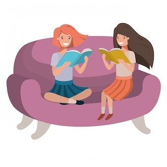 Frauen, die im sofa mit buchavataracharakter sitzen