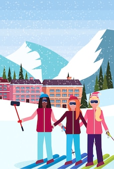 Frauen, die selfie im skiorthotel nehmen