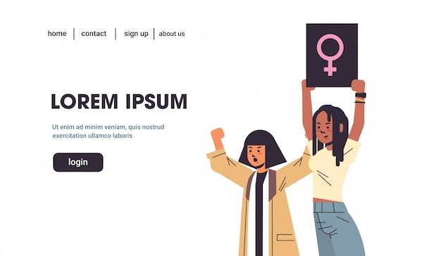 Frauen empowerment-aktivisten protestieren halten plakat mit weiblichem geschlecht zeichen feministische demonstration mädchen macht bewegung rechte schutz konzept porträt horizontale kopie raum