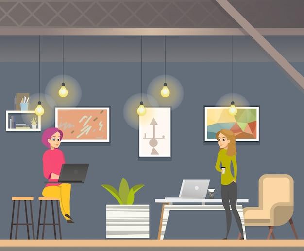 Frauen-freiberufler, der in offenem raum coworking arbeitet