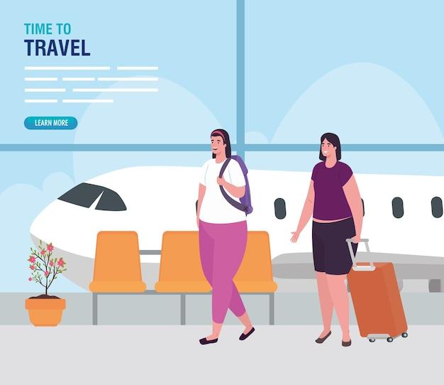 Frauen im flughafenterminal, passagier am flughafenterminal mit gepäck