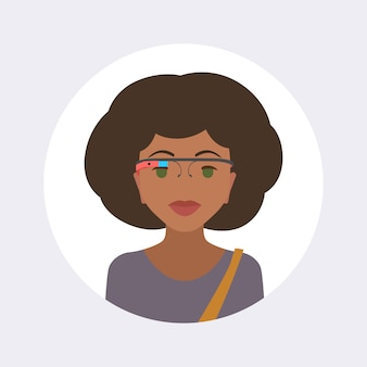 Frauen im kopfhörer der virtuellen realität