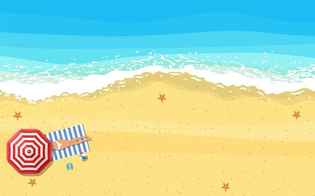 Frauen liegen am strand und sonnen sich mit sommeraccessoires und meeresbrandung in ihrer nähe