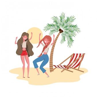 Frauen stehen am strand mit liegestuhl