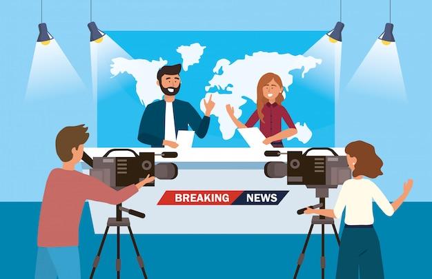 Frauen- und mannreporter der nachrichten mit kamerafrau und kamerarecorder