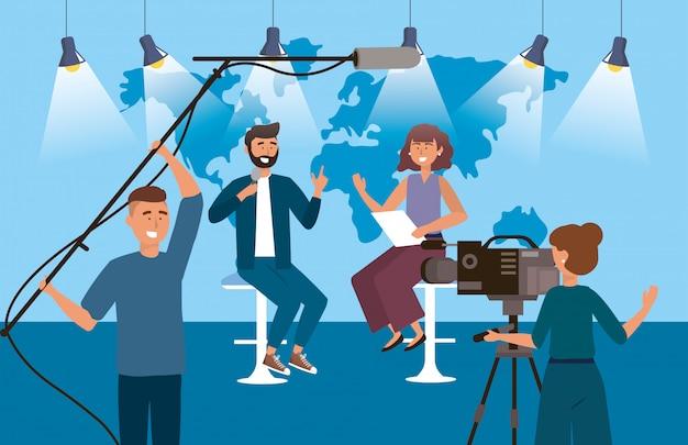 Frauen- und mannreporter im studio mit kamerafrau und kameramann