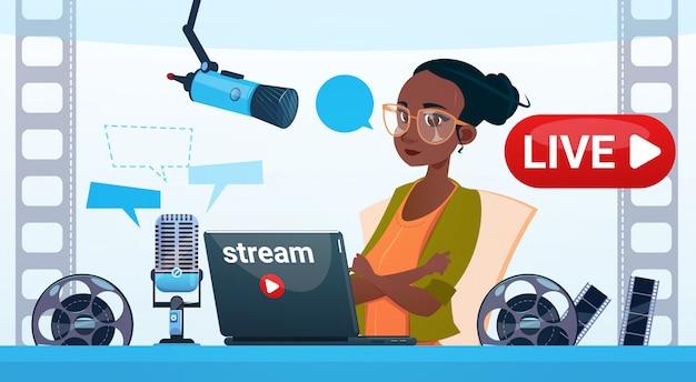 Frauen-video-blogger-online-stream-blogging-abonnement-konzept