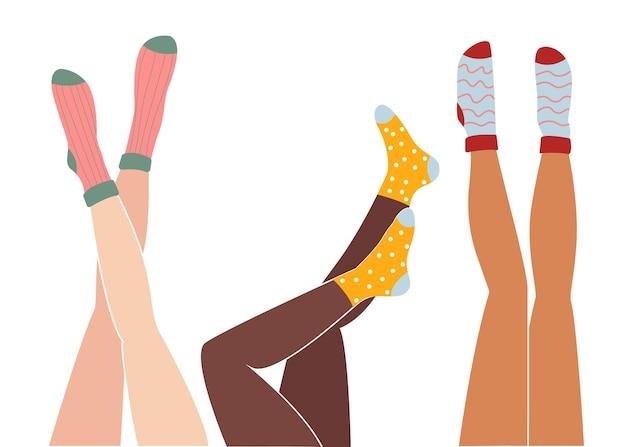 Frauenbeine sind in farbigen socken nach oben gehoben. schöne weibliche beine. illustration im flachen stil