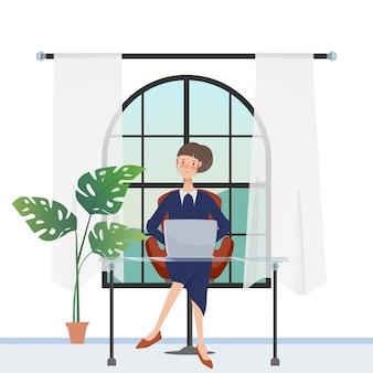 Frauencharakter im freiberufler, der mit einem laptop nahe dem fenster arbeitet.