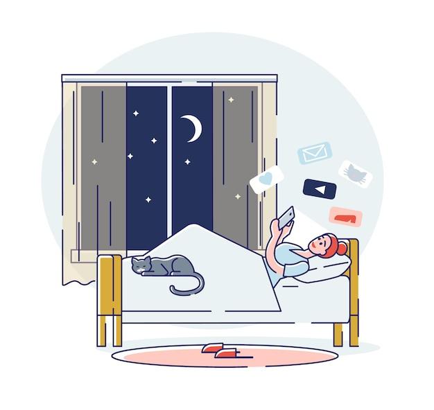 Frauenchat in den sozialen medien mit dem smartphone, das nachts vor dem schlafengehen im bett liegt
